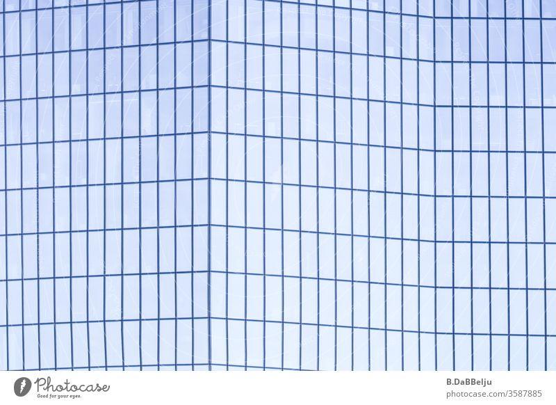 Hochhaus gefaltet in zartem blau. Symmetrie modern Menschenleer Fassade Architektur Fortschritt Turm Gebäude Glas ästhetisch eckig elegant Erfolg Stadt