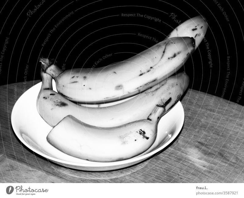 Nachts sind alle Bananen, selbst die in weißen Obstschalen, grau. Ernährung Lebensmittel Tisch Vegetarische Ernährung Gesunde Ernährung