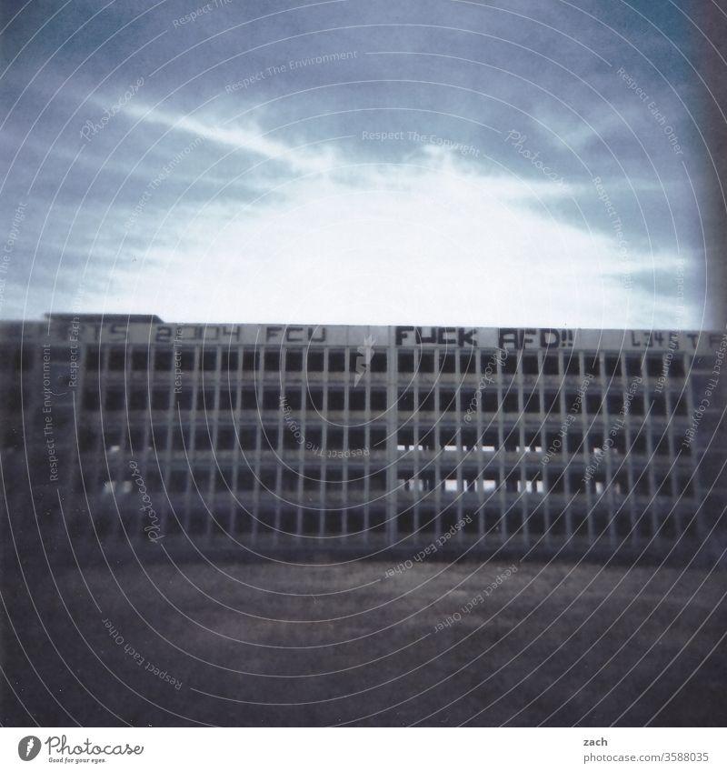 Plattenbau mit Graffiti, triste Ruine, analog Fassade Buchstaben Ziffern & Zahlen Botschaft rechts Extremismus Rassismus extrem Kritik Politik & Staat AfD Scan