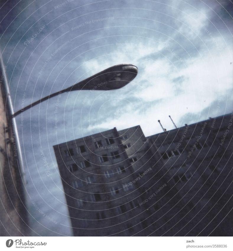 leerstehendes Haus, trister Plattenbau, analog Fassade Ruine Scan Holga cross Cross Processing Experiment Lomografie düster Dia Himmel Stadt Tristesse