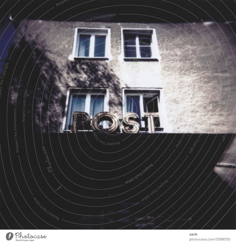 Post trist Stadt Haus Buchstaben Tristesse analog Dia düster Experiment Lomografie Cross Processing cross Holga Scan Fassade alt Fenster Schatten Schriftzeichen