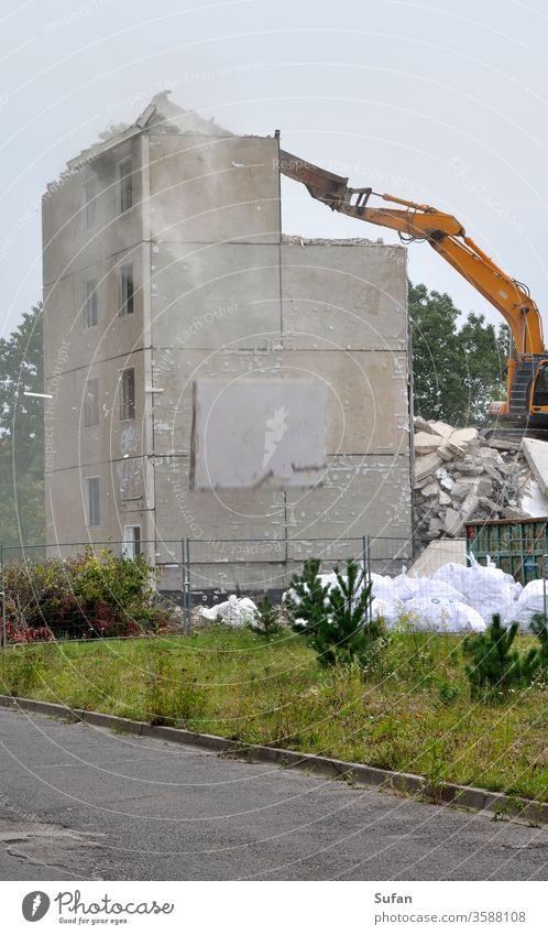 Abriß eines Plattenbaus Plattenbauweise Abriss Abrisshaus Absturz dreckig staubig gefährlich Betonplatte abrißbagger Abgesichert Stadtentwicklung