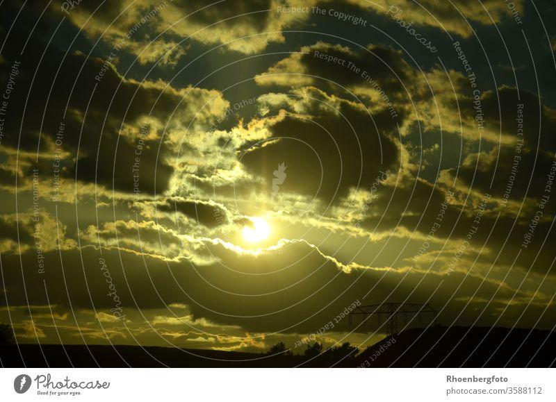 Sonnenuntergang hinter dunklen Wolken Licht Dunkel Hell Wetter Abend Abenddämmerung Energie Stom Strommast Leuchten Himmel Horizont horizontal