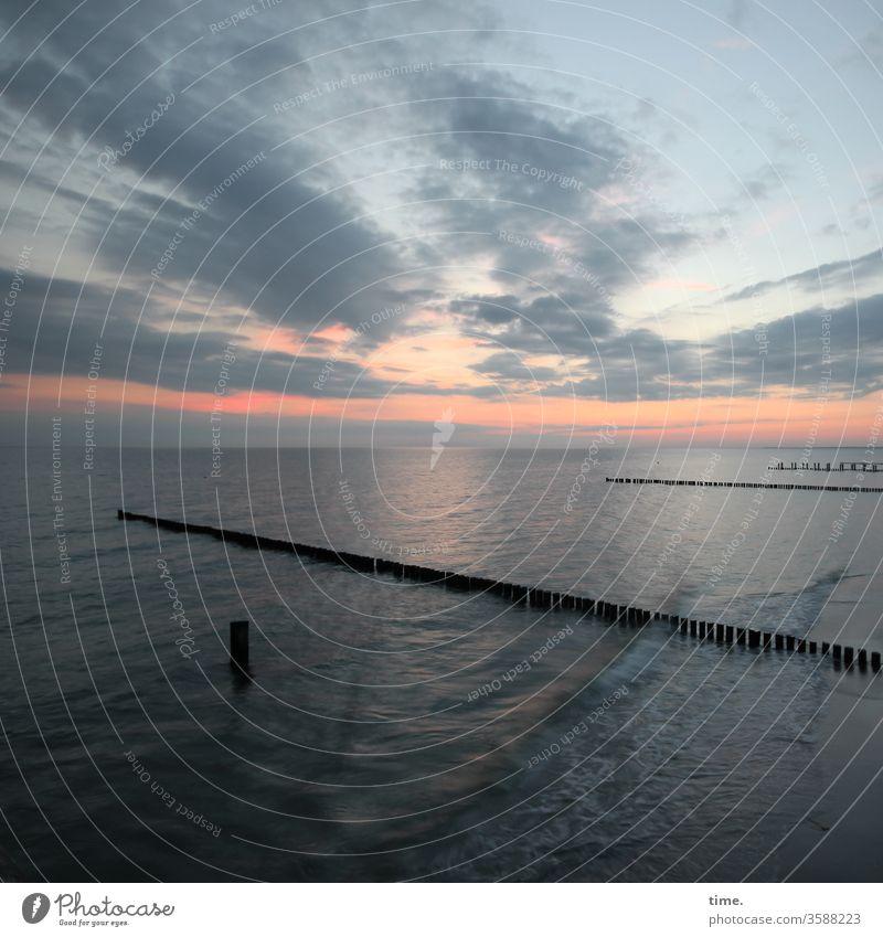 blaue Stunde Ostsee, 1 urlaub ostsee erholung gemeinsam zusammen schutz buhnen meer wasser brandungsschutz sonnenuntergang himmel horizont küste wellen wolken