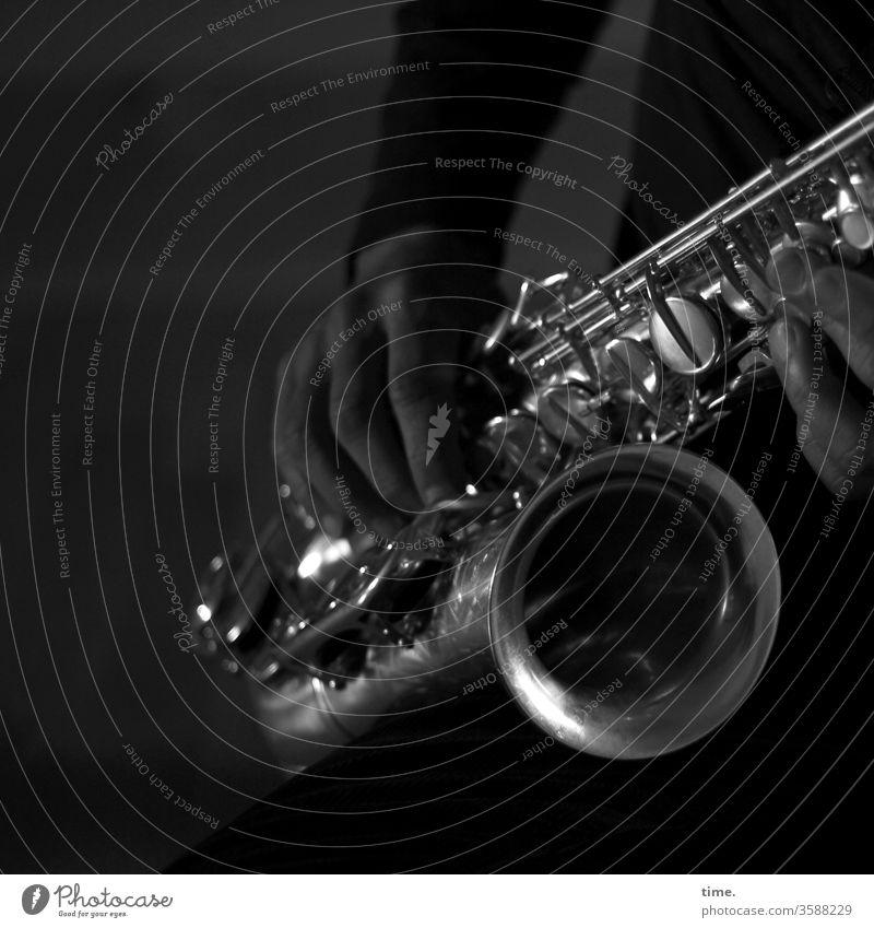 Vorspiel Saxophon Saxophonspieler musik Musikinstrument Musiker halten greifen sound probe üben vorspiel blasinstrument Blechblasinstrumente dunkel glänzen
