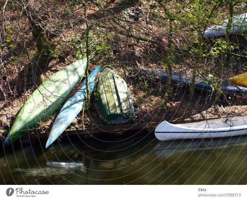 Bootsbrache Boote Kanus Ufer Steilufer Fluss stillgelegt abwarten parken Natur Ausflug Abenteuer Wald Freizeit Sport Landschaft Wassersport Außenaufnahme