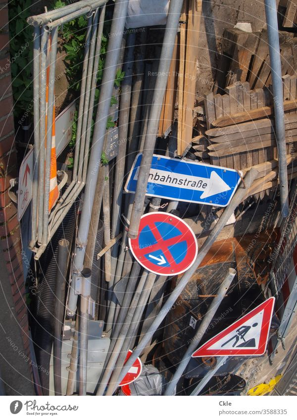 Schilderbrache Verkehrsschilder Einbahnstraße Baustelle Parkverbot Deponie Stangen Farbfoto Außenaufnahme Schilder & Markierungen Verkehrszeichen Hinweisschild