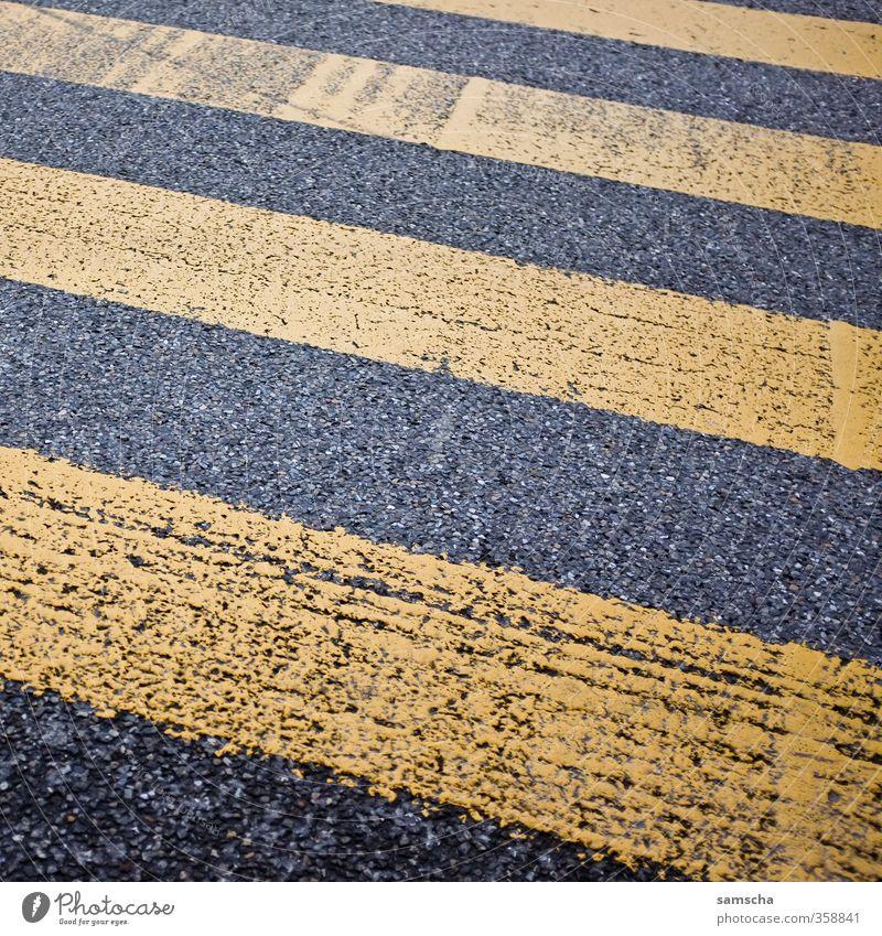 gestreift Stadt schwarz gelb Straße Wege & Pfade gehen Stadtleben Verkehr Bodenbelag Verkehrswege Straßenbelag Stadtzentrum Personenverkehr Fußgänger