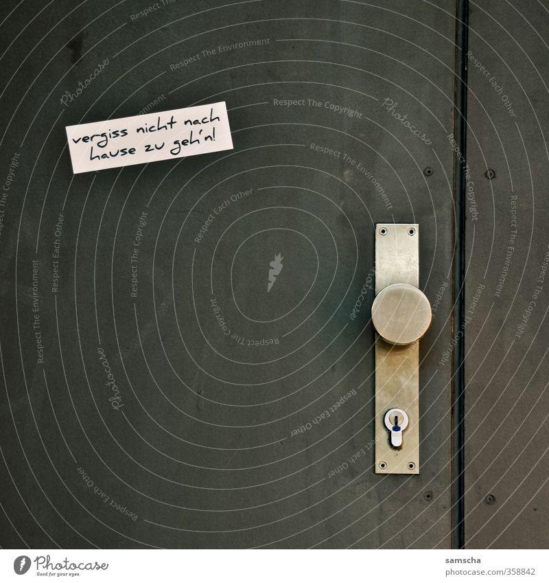 vergiss nicht nach hause zu geh'n! Stadt weiß Haus schwarz gehen Tür Schriftzeichen lesen Stadtzentrum Eingang Etikett schließen heimwärts vergessen Ausgang aufmachen