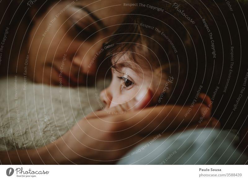 Mutter und Tochter Zusammensein Zusammengehörigkeitsgefühl Liebe Mutter und Kind Glück Kindheit Mutterschaft Lifestyle Menschen Fröhlichkeit niedlich Frau