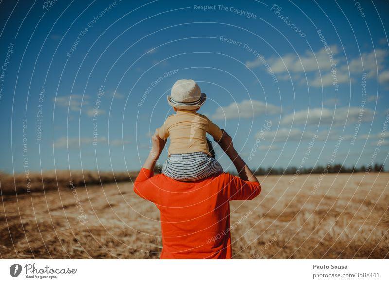 Rückansicht Mutter mit Sohn auf den Schultern Mutterschaft Baby rot Feld Bereiche laufen Kaukasier Lifestyle Familie & Verwandtschaft Kind Fröhlichkeit niedlich