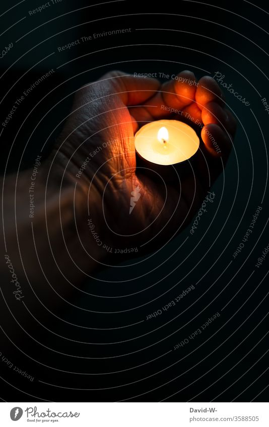 Mann hält eine Kerze in der Hand halten trauer trauern trauernd Gebet beten schön traurig betend Glaube Glaube & Religion Hoffnung Licht Kirche Trauer Gott