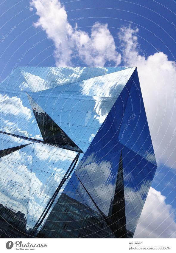 Cube Berlin Sehenswürdigkeit Spiegelung Architektur Bahnhof modern Glas Fassade Gebäude Himmel blau Wolken Haus Reflexion & Spiegelung Hochhaus Stadt