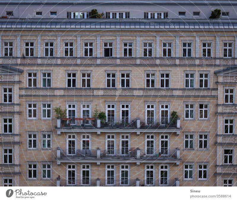 Fenster zur Strasse Fassade Häuserfront Mehrfamilienhaus Mietshäuser Balkone Dachterrasse Sommer Wohnhaus Stadt Großstadt Karl-Marx-Allee Berlin Stalinbauten