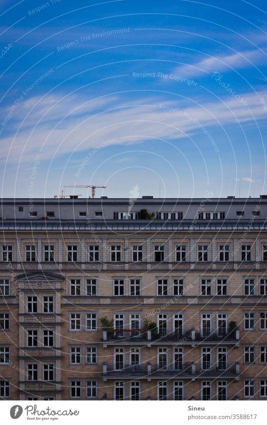 Himmel über Berlin Fassade Häuserfront Mehrfamilienhaus Mietshäuser Balkone Dachterrasse Baukran Blauer Himmel Wolken Cirruswolke Sommer warm gutes Wetter