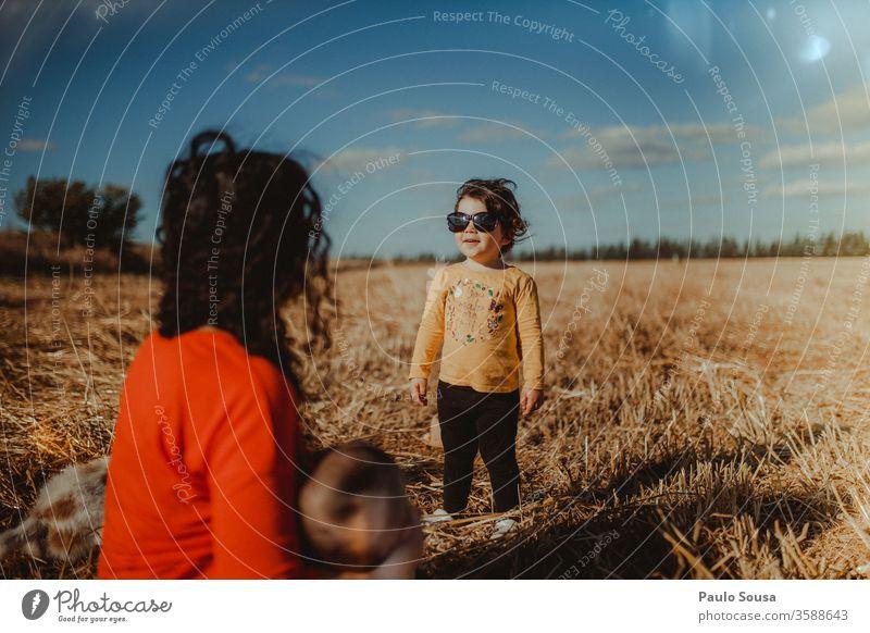 Kind mit Sonnenbrille Sommer Sommerurlaub Tag Familie & Verwandtschaft Feld Ferien & Urlaub & Reisen Mensch Natur Spielen Junge Farbfoto Außenaufnahme Freude