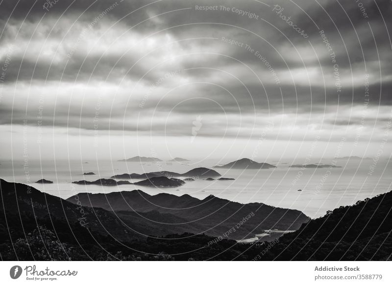 Abgelegene Berge unter bewölktem Himmel Ufer Berge u. Gebirge tropisch China Hongkong Kong Umwelt Landschaft Meereslandschaft ruhig Bucht malerisch idyllisch