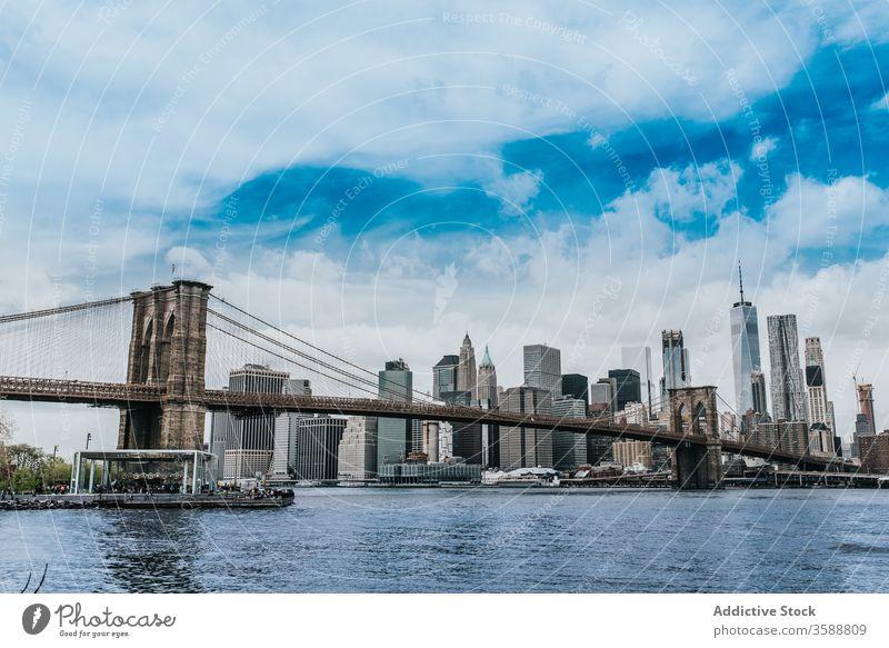 Brooklyn-Brücke über den Fluss in New York City Brooklyn Bridge Suspension Stadtbild Wolkenkratzer spektakulär urban Großstadt Wahrzeichen New York State