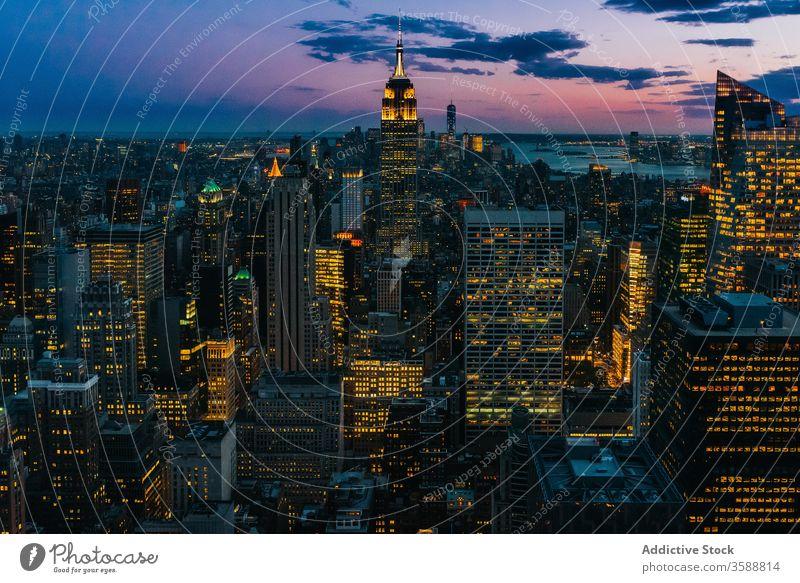 Malerische Stadtlandschaft mit Wolkenkratzern bei Nacht Stadtbild Skyline Sonnenuntergang leuchten glühen Fassade Abend Megalopolis Manhattan New York State USA