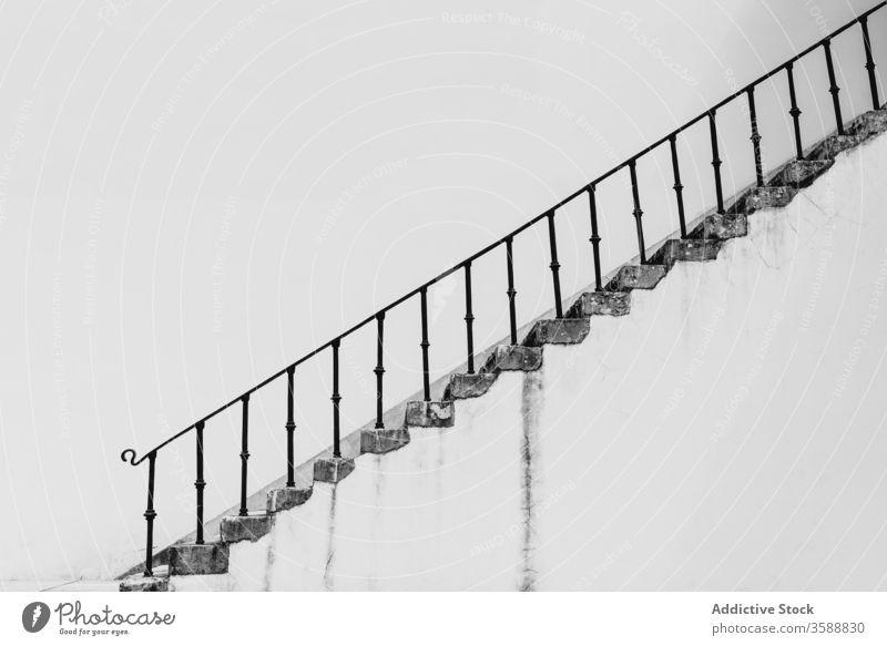 Alte Treppe mit Metallgeländer auf der Straße Treppenhaus schäbig Treppengeländer Beton Schritt Konstruktion alt Reling Lissabon Portugal Wand urban Außenseite