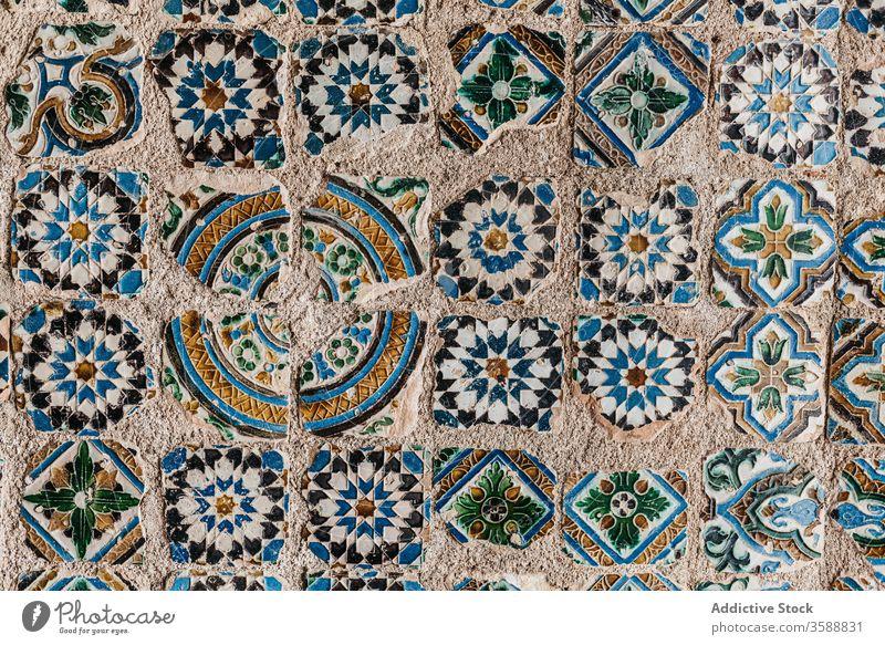 Muster aus bunten Mosaikfliesen Fliesen u. Kacheln Hintergrund Stein Oberfläche Ornament verwittert Großstadt Textur alt Lissabon Portugal schäbig Element