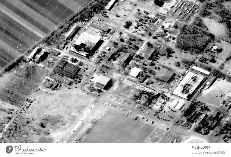 ::: Skybird ::: Luft beobachten Industrie spionieren Schwarzweißfoto