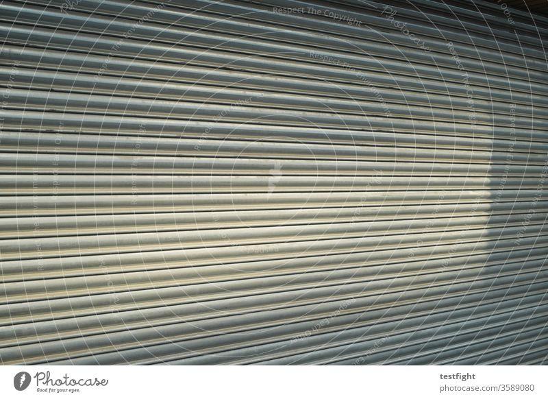 Rolladen Laden Geschäft geschlossen zu Shop sonnenlicht schatten metall Rolltor