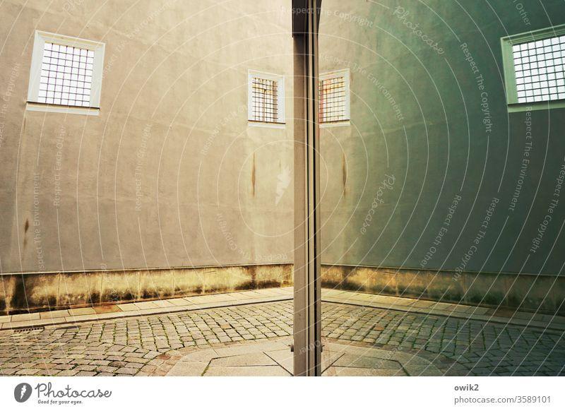 Gassengewirr Mauer Wand Fenster Schaufenster Glas Spiegel Reflexion & Spiegelung Pflasterweg Kopfsteinpflaster gassengewirr Symmetrie Gitter Gitterfenster