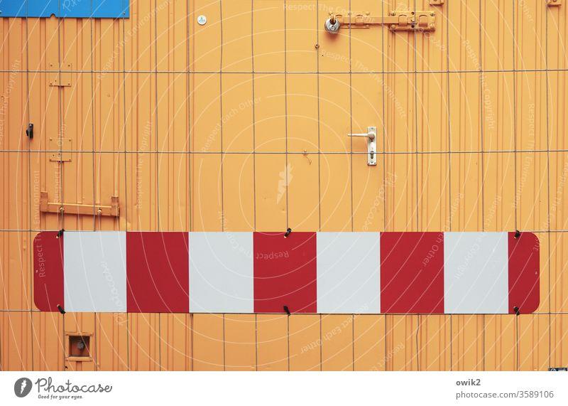 Zähne zeigen Bau Container Absperrung Signalfarbe leuchtende Farben orange rot blau weiß urban Farbfoto Außenaufnahme Menschenleer Strukturen & Formen