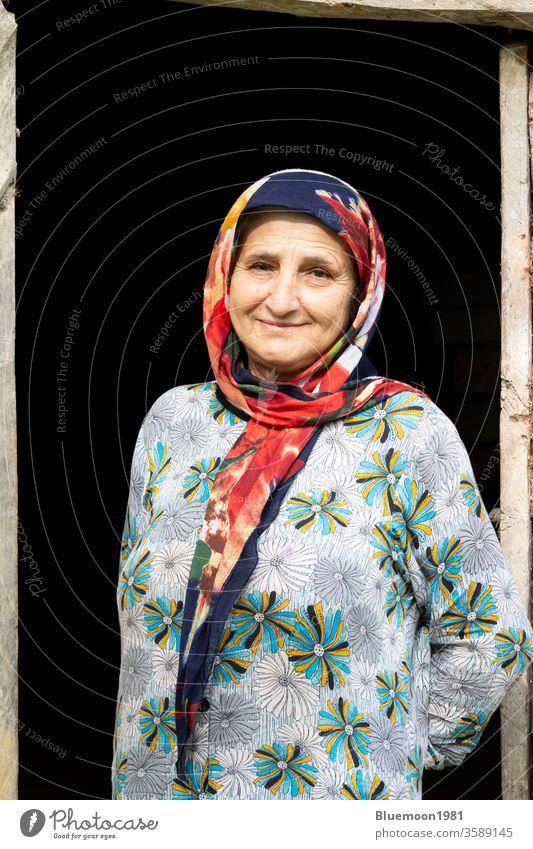Bildnis einer muslimischen Frau in traditioneller Kleidung vor einem hölzernen Türrahmen Taleshi lokal ländlich Landschaft reisen älter im Innenbereich Gebäude