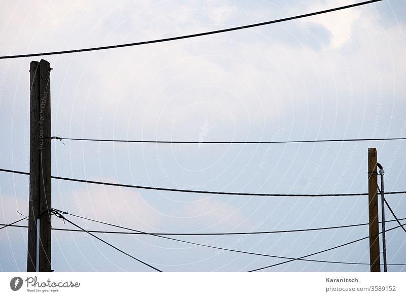Viele Stromleitungen zeichnen ein Muster in den Himmel. blau Wolken bewölkt Kabel Leitungen gespannt Masten Strommasten befestigt hängen Energie liefern