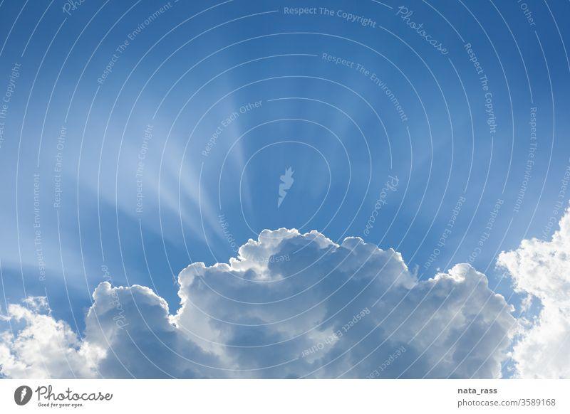 Paradiesisches Licht, weiße Wolke mit Sonnenstrahlen Himmel Ansicht blau Wolken Top Cloud Hintergrund Natur schön Sommer wolkig Wolkenlandschaft hell Raum