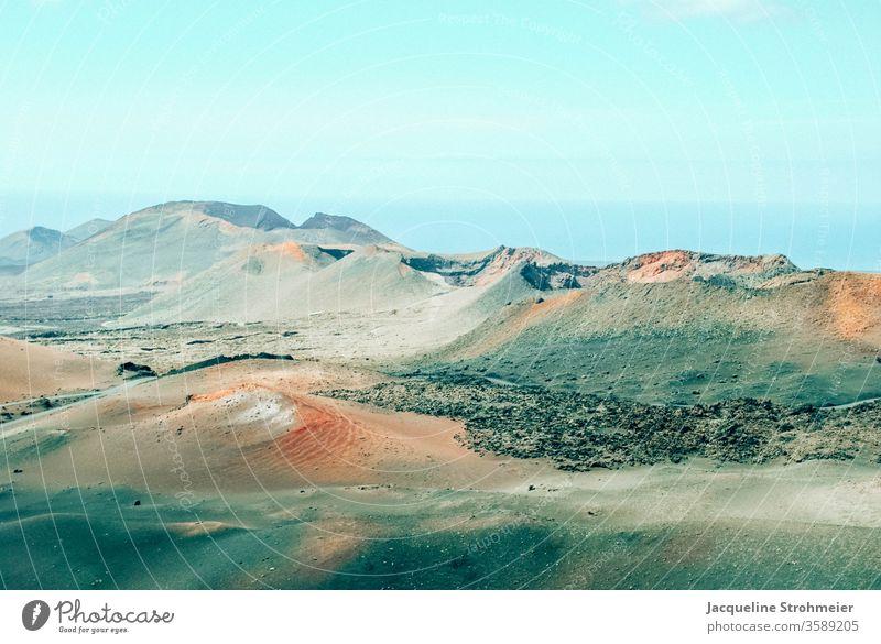 Montañas del Fuego, Timanfaya Nationalpark, Lanzarote, Spanien Geologie Ausflug Menschenleer Felsformationen Schwarze Landschaft Reisefotografie Wolken Vulkane