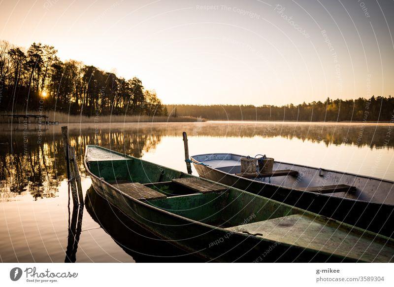 Boote bei Sonnenaufgang auf dem See Schorfheide Morgen Ruhe Wasser Stille Spiegelung Frieden Landschaft Natur Ferien & Urlaub & Reisen Außenaufnahme Idylle