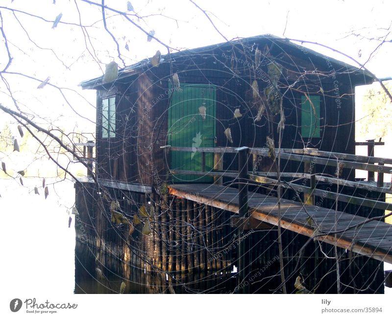 schwimmendes Haus Wasser grün Haus See geheimnisvoll Steg historisch Angeln unheimlich November