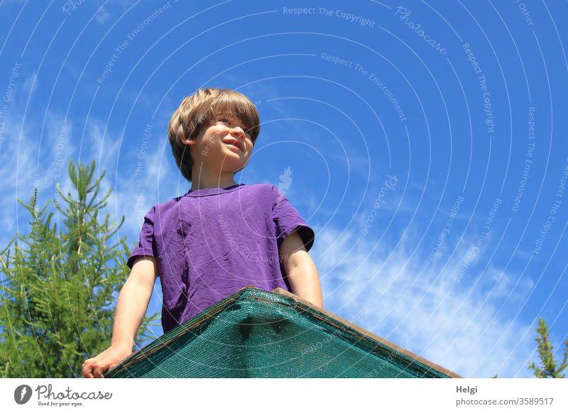 hoch oben - Kind steht auf einem Hochsitz in einer Waldlichtung und schaut in die Ferne | Lieblingsmensch Mensch Porträt Ausguck Lächeln Freude stehen schauen