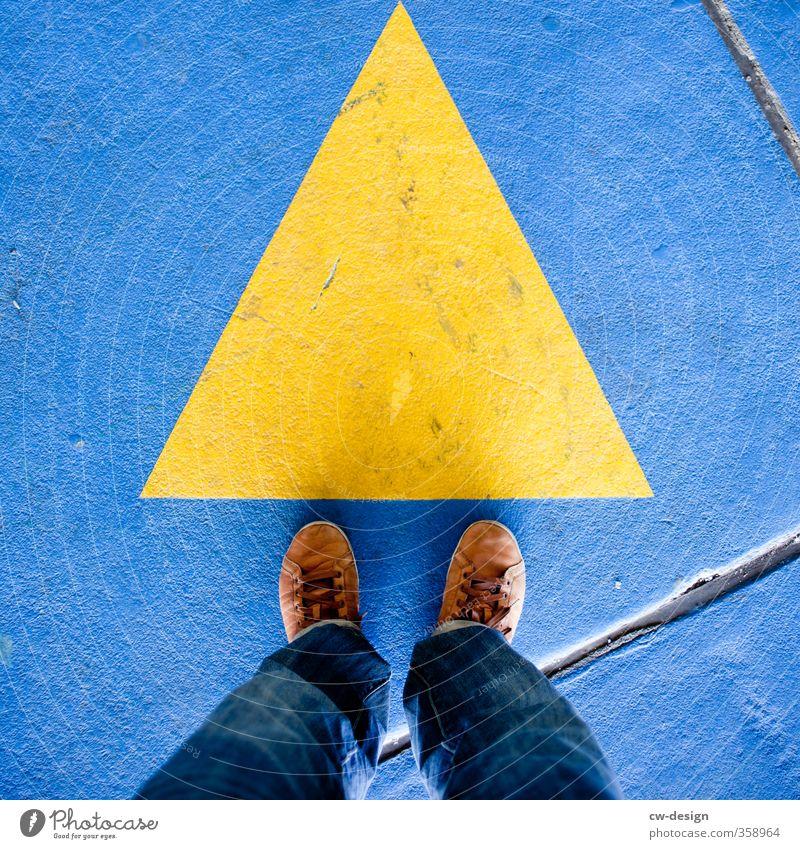 A Mensch Mann Jugendliche blau Erwachsene gelb Junger Mann Leben 18-30 Jahre Stil Fuß Linie maskulin Schuhe warten Schilder & Markierungen