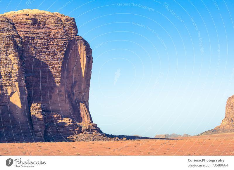Rote Sandwüste an einem sonnigen Sommertag in Wadi Rum, Jordanien. Naher Osten. UNESCO-Weltkulturerbe und bekannt als das Tal des Mondes. Landschaft reisen