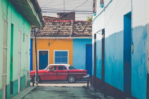 Farbenfrohe Häuser und Oldtimer in Trinidad, Kuba. Unesco-Weltkulturerbe. amerika Antiquität Architektur Anziehungskraft schön Gebäude PKW Karibik Autos