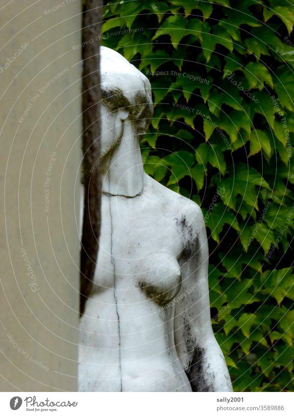 schüchtern... Frau Mädchen nackt Skulptur Statue inkognito wegschauen verstecken Brust Akt Erotik Frauenkörper schön schmutzig feminin weiblicher Akt Körper