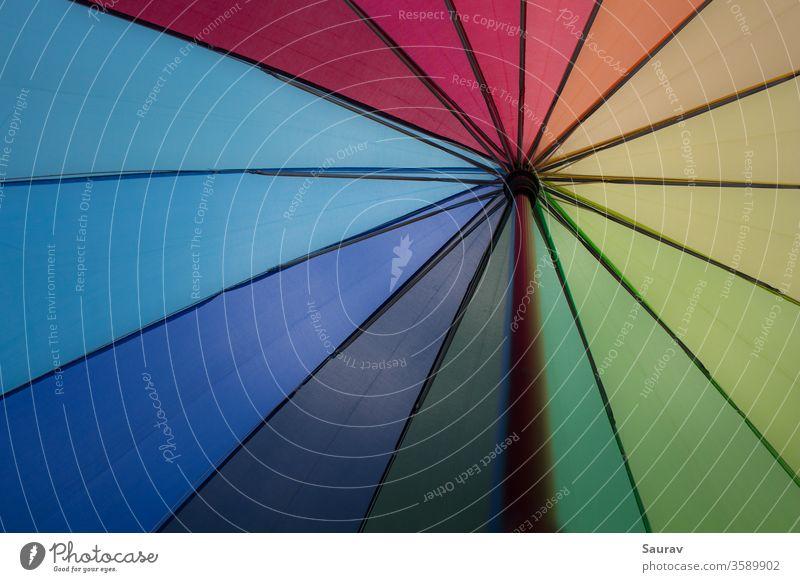 Ein Regenbogenfarbener Regenschirm. Farben, die auch die Flagge des LGBT-Stolzes und der Gleichberechtigung repräsentieren. farbenfroh Gleichstellung vibgyor