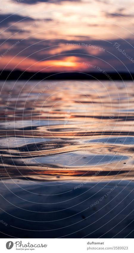 Sonnenuntergang am See, Close Up der Wasseroberfläche wasser Abenddämmerung Spiegelung dof Unschärfe Reflexion & Spiegelung Dämmerung ruhig Natur Erholung