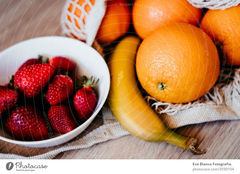 Null-Abfall-Konzept. Moderne weiße Textil-Einkaufstasche mit Früchten. Ansicht von oben. keine Verschwendung Baumwolltasche orange erdbeeren Banane niemand