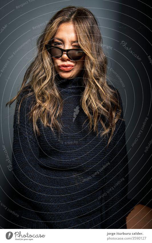 Mode-Modell Frau attraktiv Person 1 Atelier weiß jung sexy Schminke Mädchen braun Gesicht hübsch posierend Kosmetik Menschen Porträt Erwachsener schön