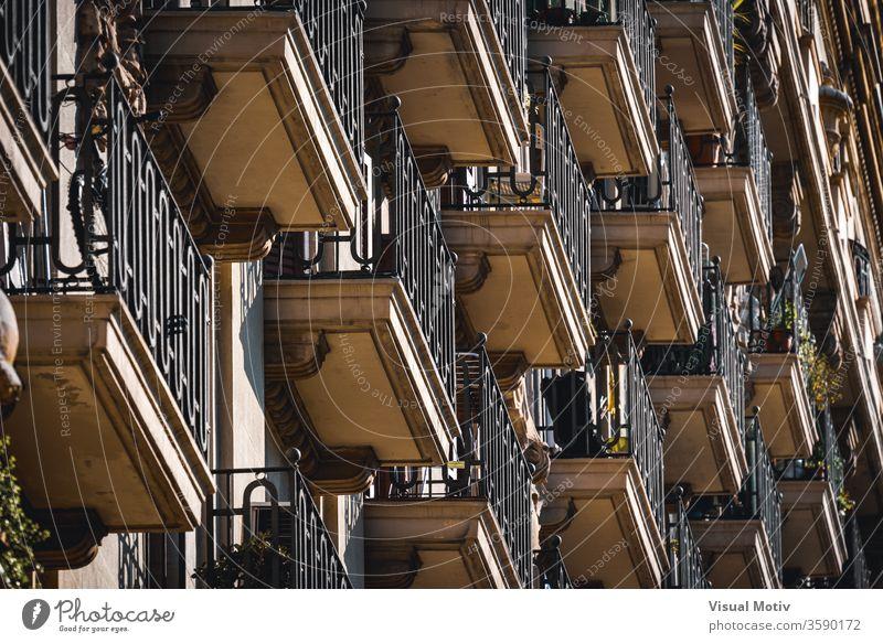 Niedrigwinkelansicht von Reihen neoklassizistischer Balkone an der Fassade eines Wohngebäudes neoklassisch Topf Pflanze Gebäude Außenseite Ornament Konstruktion