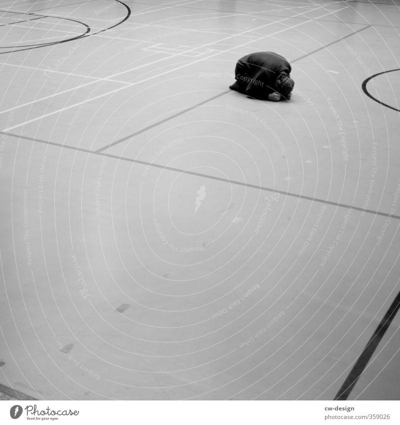 7schläfer Mensch Jugendliche Mann Erholung Junger Mann Einsamkeit ruhig Freude 18-30 Jahre Erwachsene Leben Traurigkeit Stil Gebäude Linie maskulin
