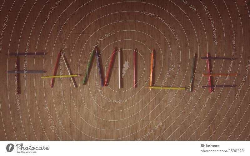 Wort aus Buntstiften Schreibstift malen Nahaufnahme Innenaufnahme mehrfarbig Schreibwaren Hintergrund neutral Farbstift zeichnen Vogelperspektive bunt