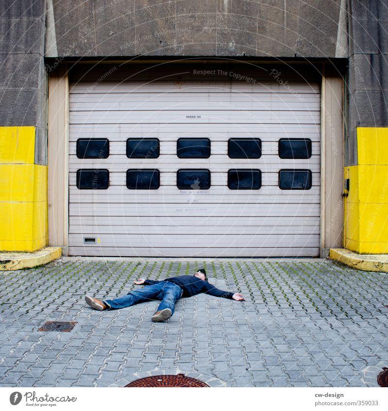 800th - MAL WIEDER CHILLEN Mensch maskulin Junger Mann Jugendliche Erwachsene Leben 1 18-30 Jahre Bauwerk Gebäude Architektur Mauer Wand Fassade Einfahrt liegen