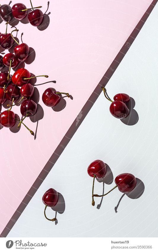 Frische rote Kirschen der Saison bei starker Sonneneinstrahlung Frucht Hintergrund frisch Lebensmittel weiß roh organisch Dessert lecker Gesundheit Vegetarier