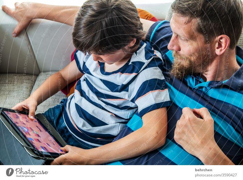 wir können ja nicht immer nur lesen laptop Computer zu Hause bleiben Familie Farbfoto Innenaufnahme Nahaufnahme Kind Junge Kindheit Tag Licht Kontrast Porträt
